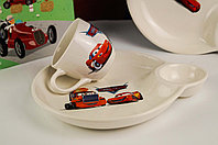 Набор детской керамической посуды для мальчика с чашкой и тарелкой с отделением под соус.