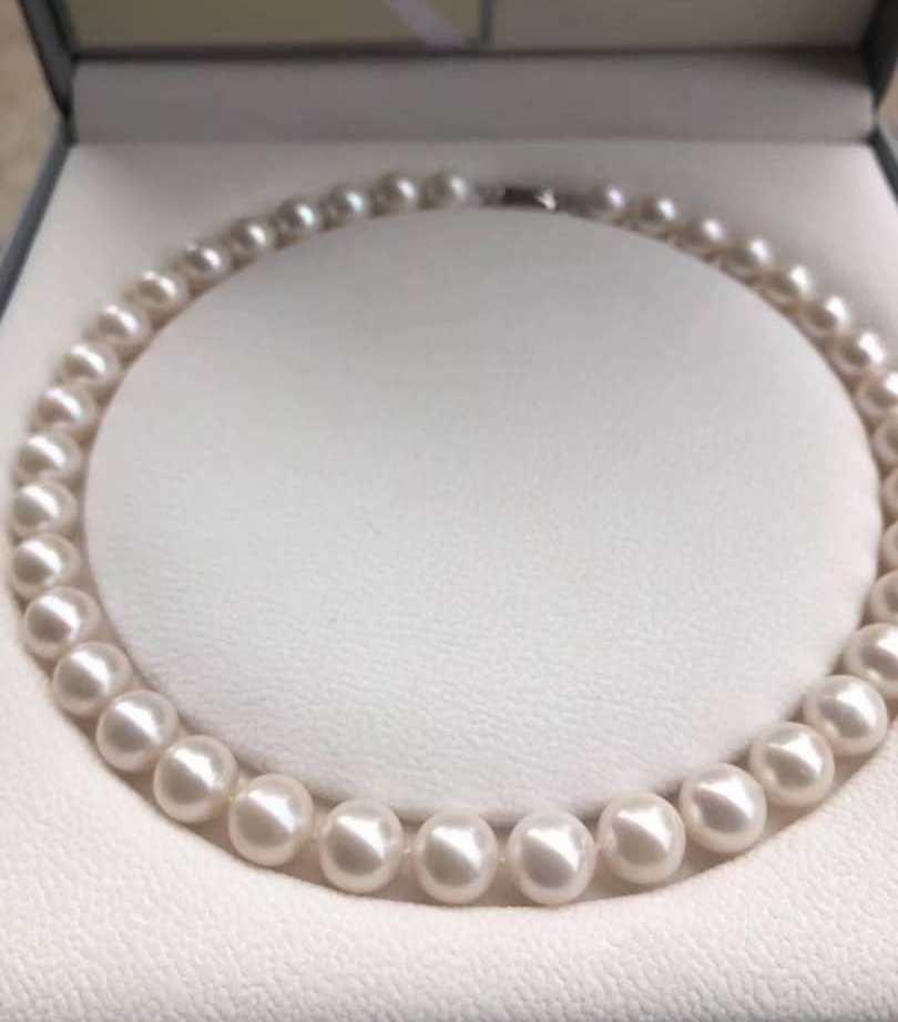 Ожерелье из белого пресноводного жемчуга, с замком из серебра 925 пробы.