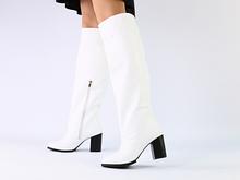 Белые кожаные зимние сапоги на каблуке