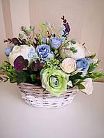 Композиция из искусственных цветов в корзине