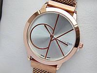 Кварцевые наручные часы копия Calvin Klein (Кельвин Кляйн) розовое золото, сетчатый браслет, на магните, CW467