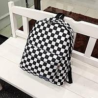 Рюкзак с накладным карманом в шахматную клетку.
