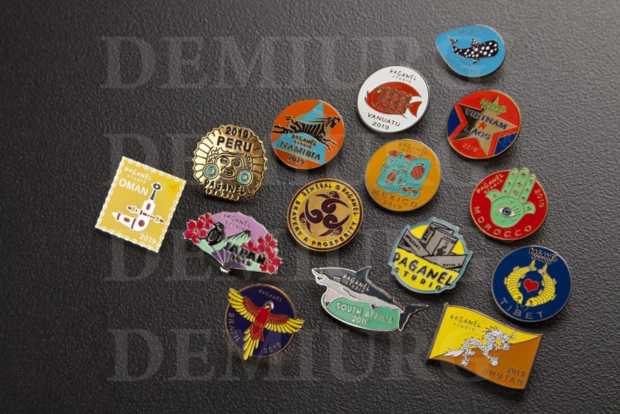 Металлические значки с разноцветными  эмалями.