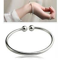 Жесткий серебряный браслет с шариками без камней незамкнутый