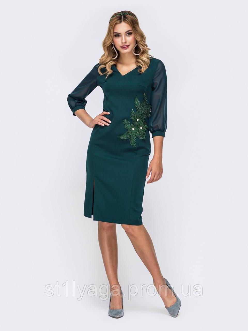 Платье-футляр с рукавом три четверти украшенное флористической нашивкой