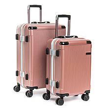 Женский розовый чемодан на колесах