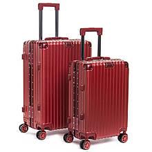 Красный дорожный чемодан на колесиках