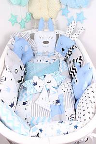 Комплект в овальную кроватку с игрушками и подушками в Сине-олубом цвете