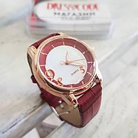 Часы в коричнево-бордовом оттенке с тремя цифрами на циферблате