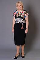 Праздничное платье с цветочным принтом украшено золотистой пряжкой