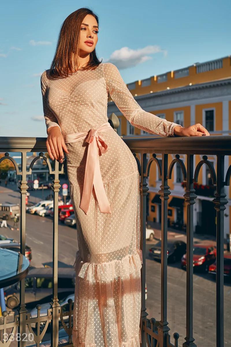 Вечернее пудровое платье в горошек круглый вырез длинный рукав