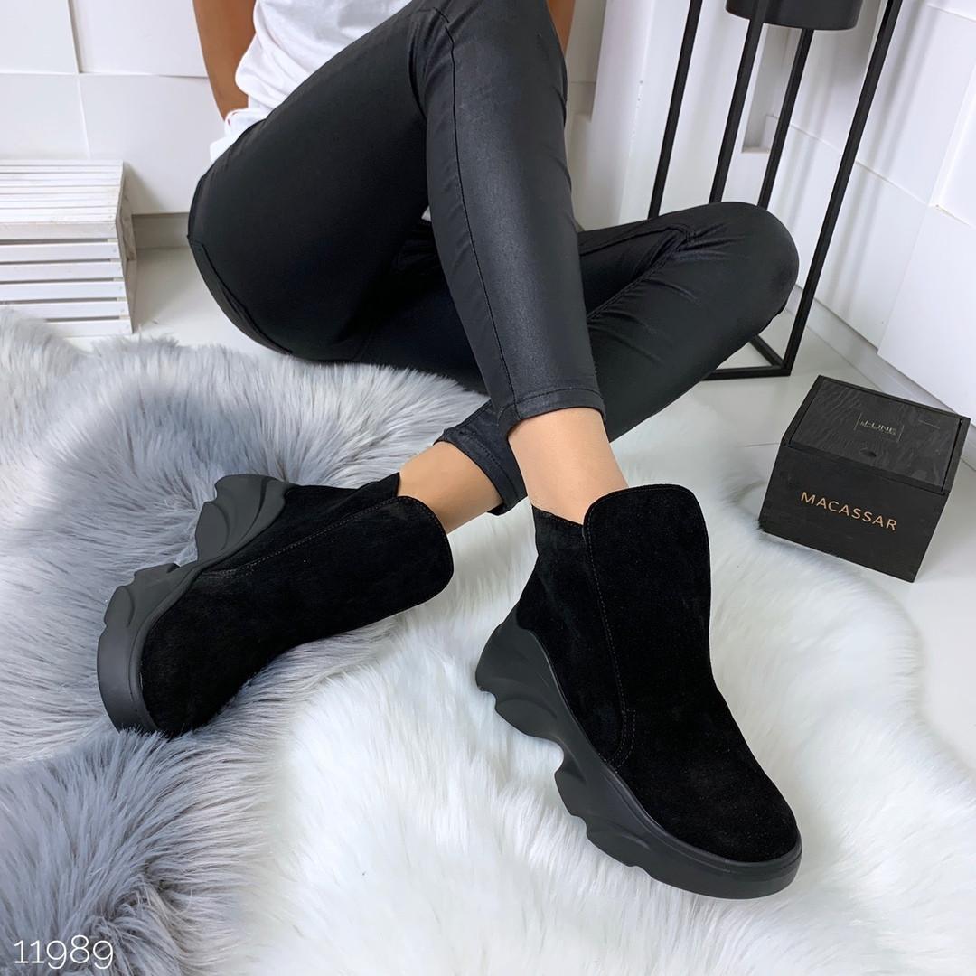 Темные ботинки