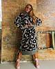 Длинное серое вязаное свободное платье с принтом