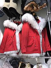 Красная куртка парка с натуральным мехом белой арктической лисы на капюшоне