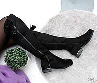 Удобные замшевые черные ботфорты с декором