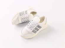 Белые кожаные кроссовки с вставками сетки и серебряными полосками