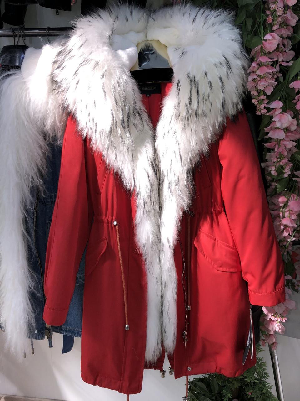 Красная куртка парка с натуральным мехом арктической лисы на капюшоне