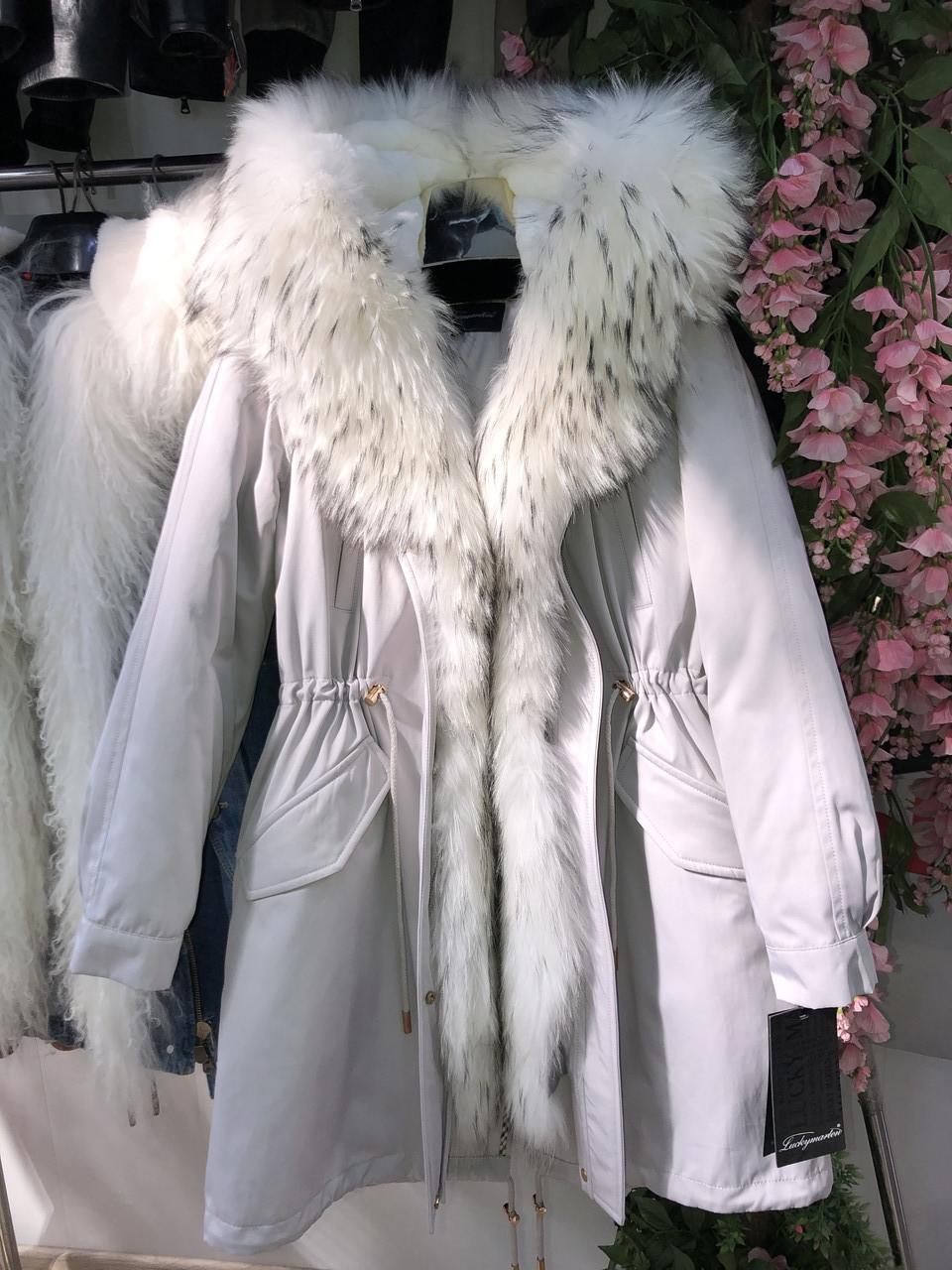 Светло серая куртка парка с натуральным мехом арктической лисы на капюшоне