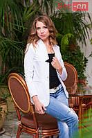 Пиджак женский удлиненный с золотой застежкой - Белый