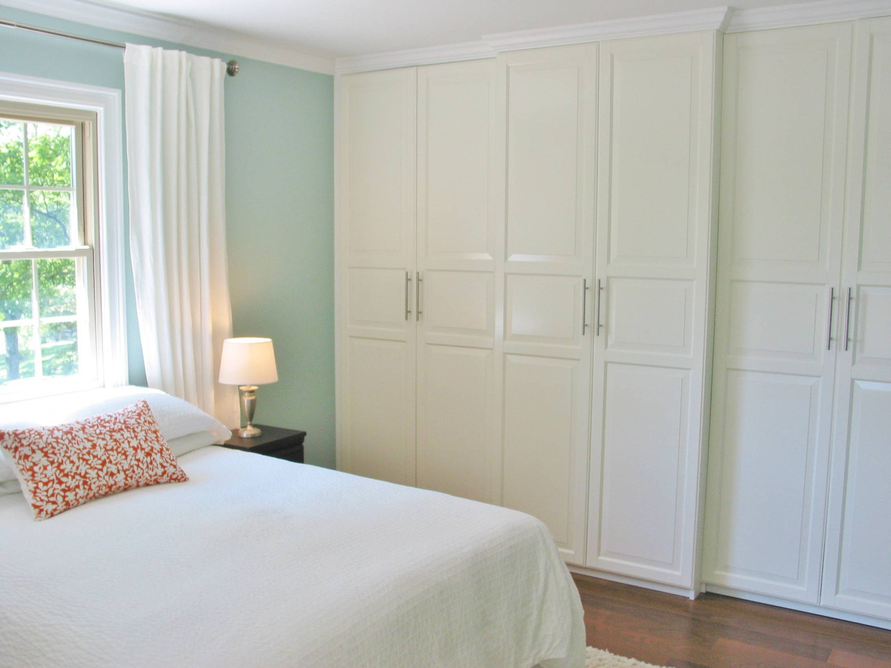bedroom_white_storage_wit__all_pillows_and_lamps.jpg