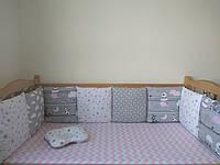 Комплект бортики со съёмными наволочками на 3 стороны кроватки, подушечка, простынка на резинке 60*120.