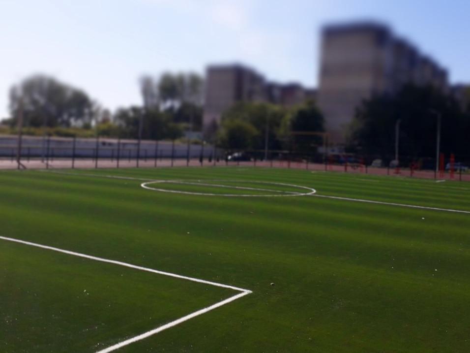 Укладка синтетической травы на школьном стадионе, г. Одесса
