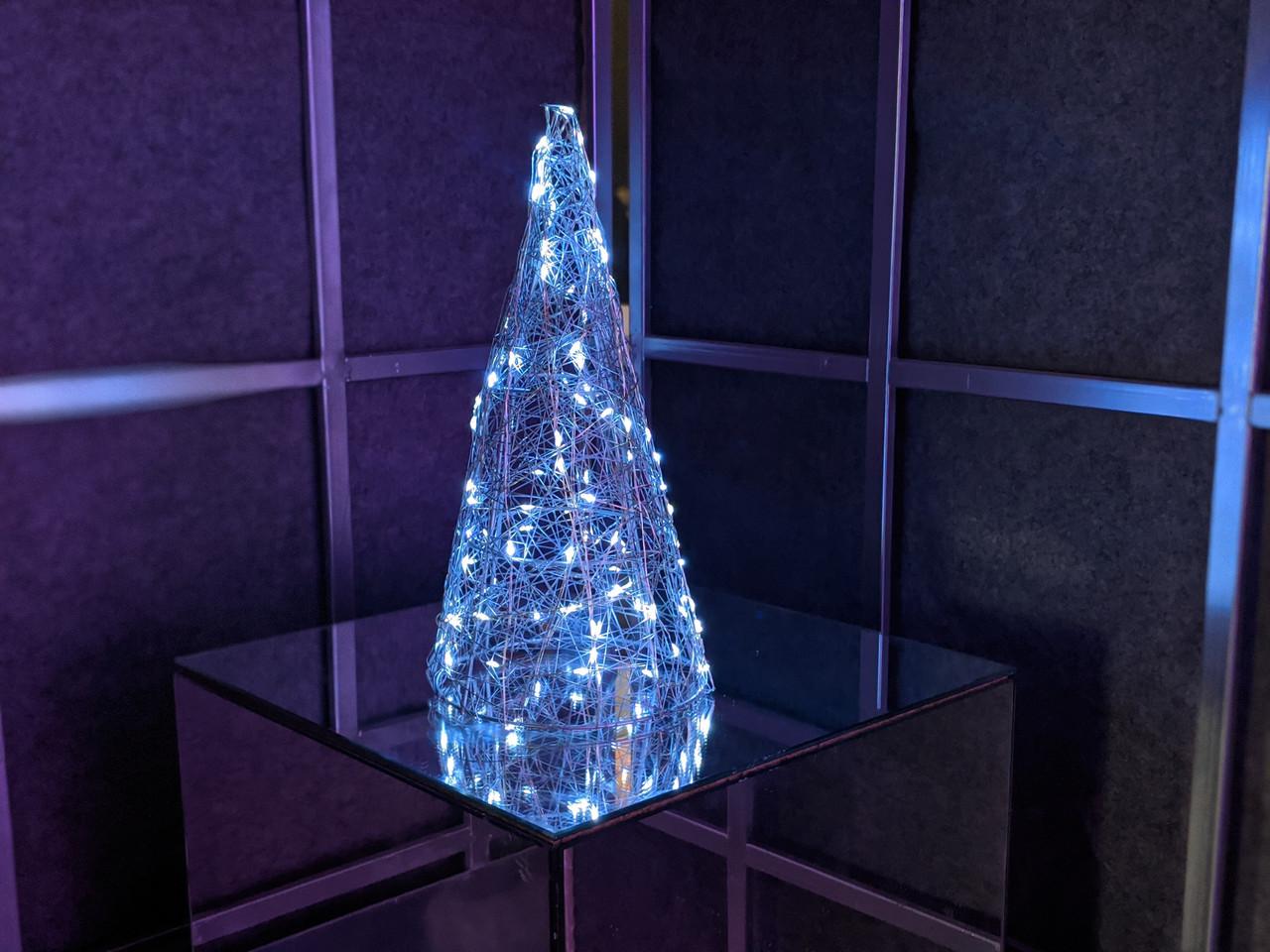 Елка металлическая с гирляндой, железная, лофт, loft, питание от сети 220ВТ, 100 LED, 38 см., настольная.