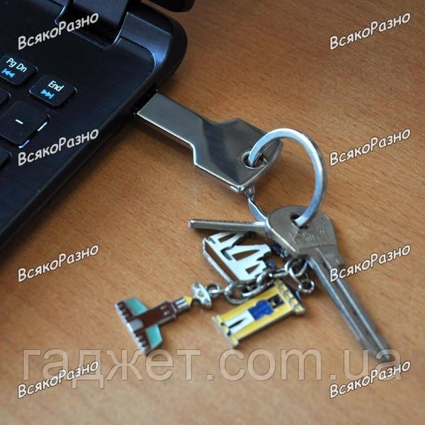 Флешка Ключ 32 Гб  серебряного цвета.
