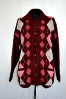Теплая женская кофта на пуговицах с орнаментом в бордовом цвете