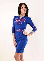 Женское трикотажное платье с вышивкой и поясом на талии