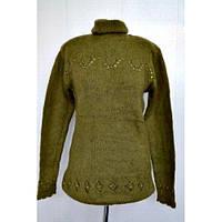 Шерстяной женский свитер под горло  в зеленом цвете