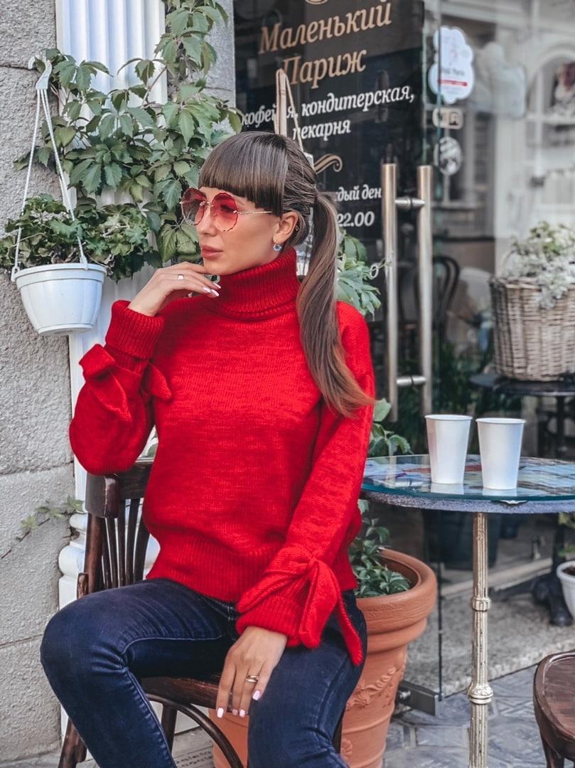 Красный женский свитер с завязками на рукавах