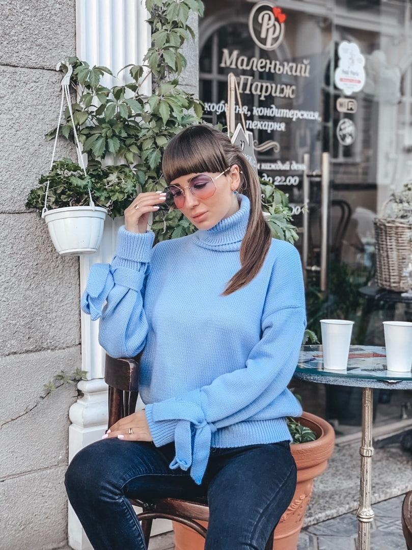 Вязаный голубой женский свитер плотной вязки