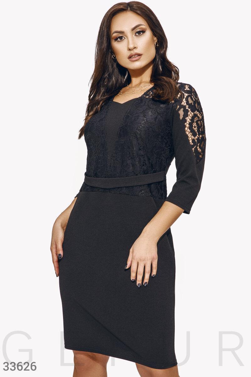 Приталенное платье с кружевом черное