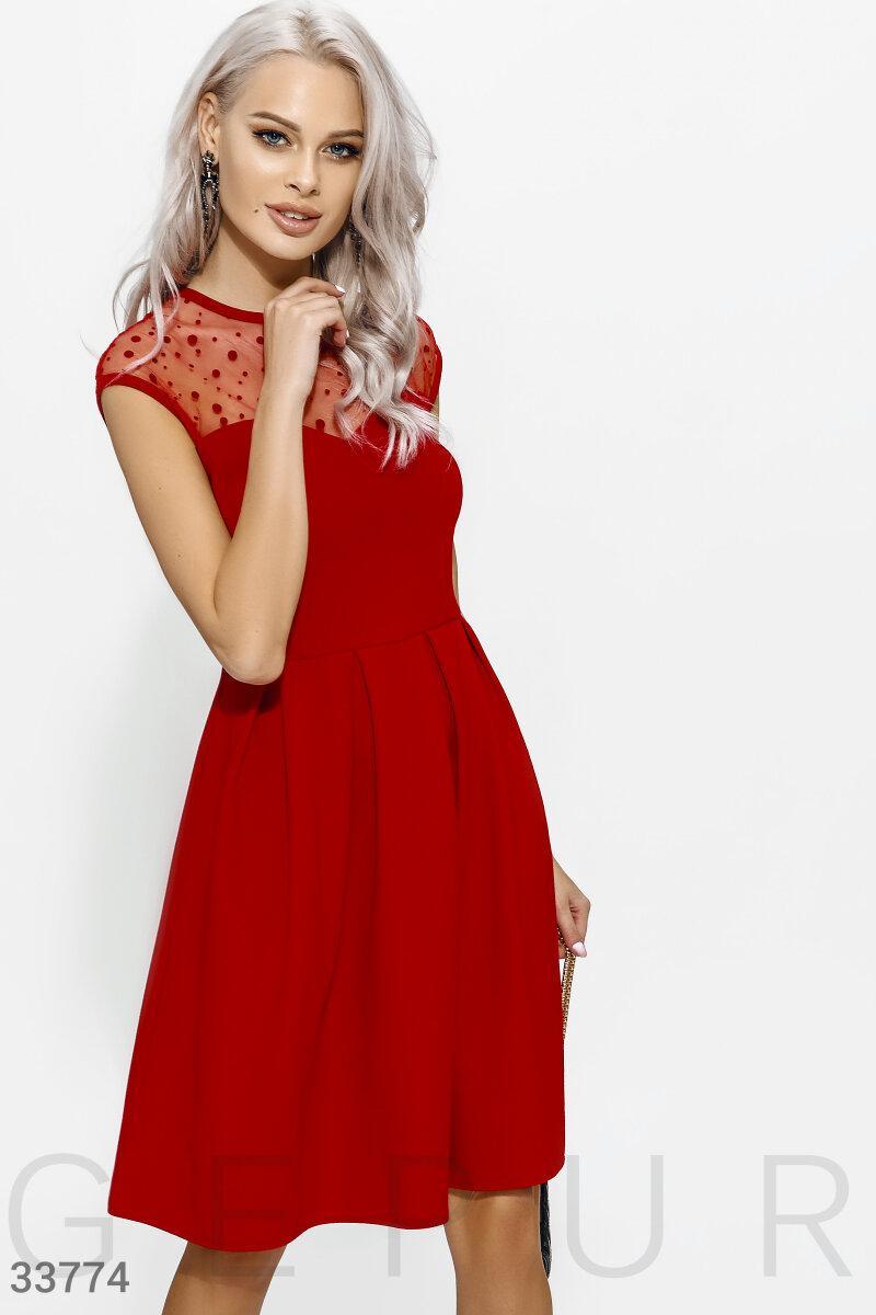 Приталенное вечернее платье с прозрачной кокеткой красное