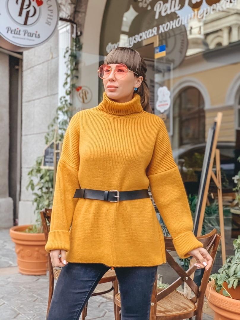 Прямой женский свитер горчичного цвета