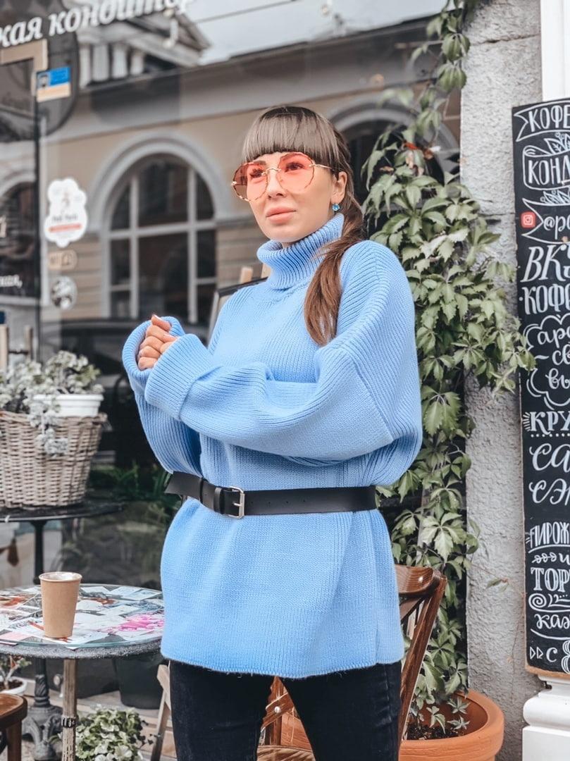 Вязаный голубой женский свитер прямого кроя