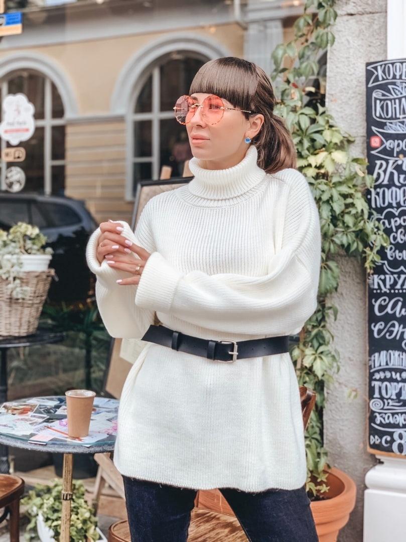 Удлиненный молочный свитер свободного кроя