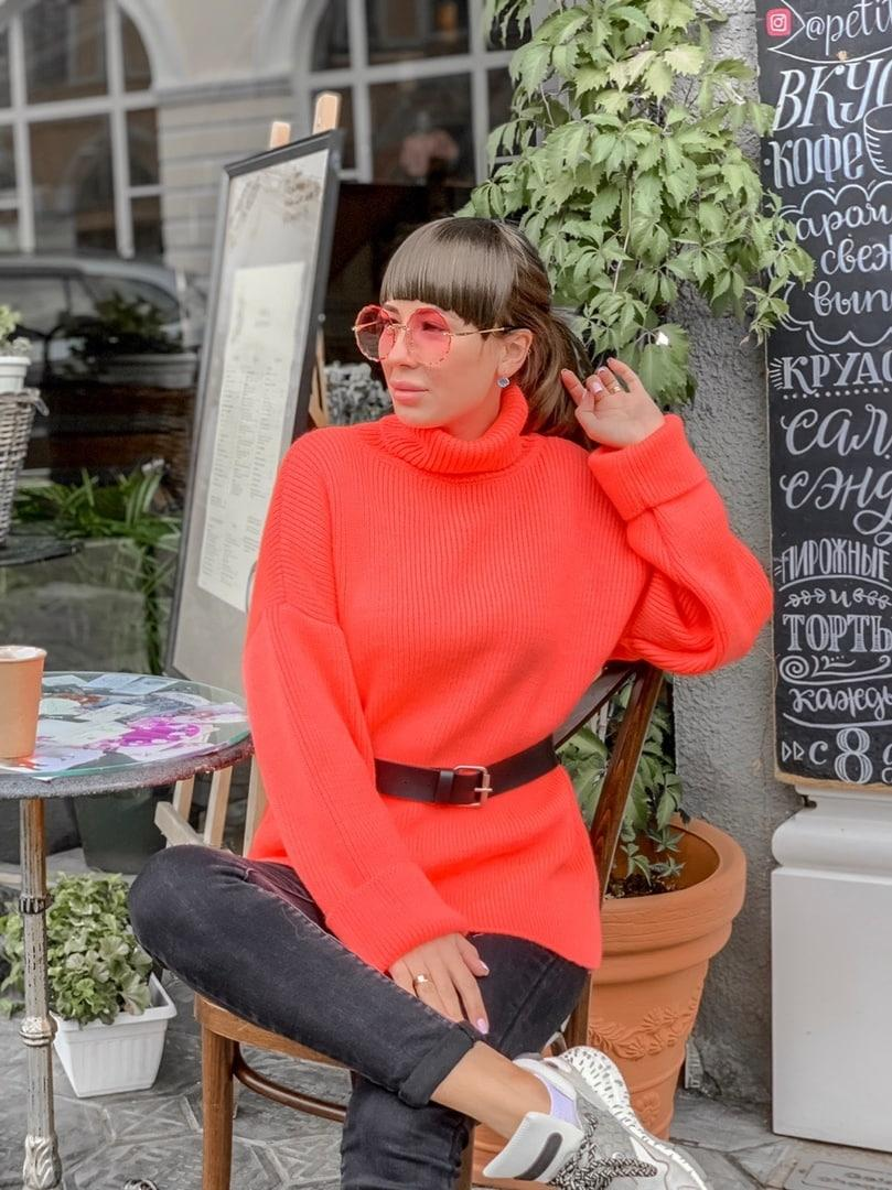 Яркий вязаный свитер цвета ультра-персик