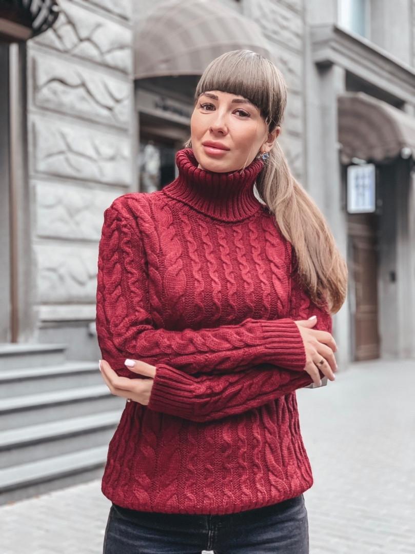 Теплый бордовый свитер с выоским горлом