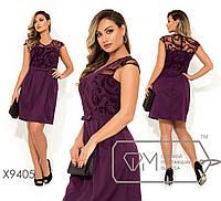 Платье-мини верх декорирован узором из флока на сетке с V-образным вырезом, короткими рукавами, на талии несъемный поясок-бантик, юбка-тюльпан X9405