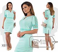 Платье-футляр мини приталенное из костюмки с короткими рукавами из прошвы, вырезом-капелькой на цепочке и юбкой-смок X8192