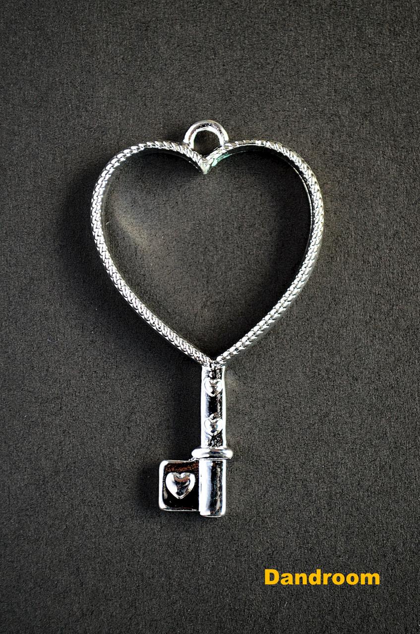 Форма (рамка, подвеска) для эпоксидной смолы, Сердце, ключик (серебро)