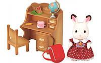 Игровой набор Sylvanian Families Шоколадный Кролик-сестра возле парты 5016