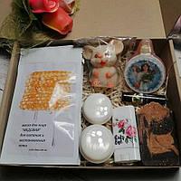 Подарочный новогодний набор косметики c маской для лица, кремами и новогодними мылами.