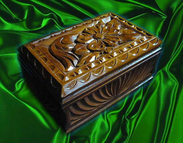 Скринька з дерева в різьбі