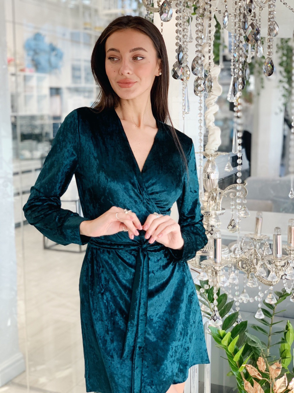 Велюрову сукню на запах з довгим рукавом vN5625