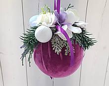 Елочное украшение Шар бархатный Color Christmas Collection 10 см с декором из искусственных цветов и хвои.