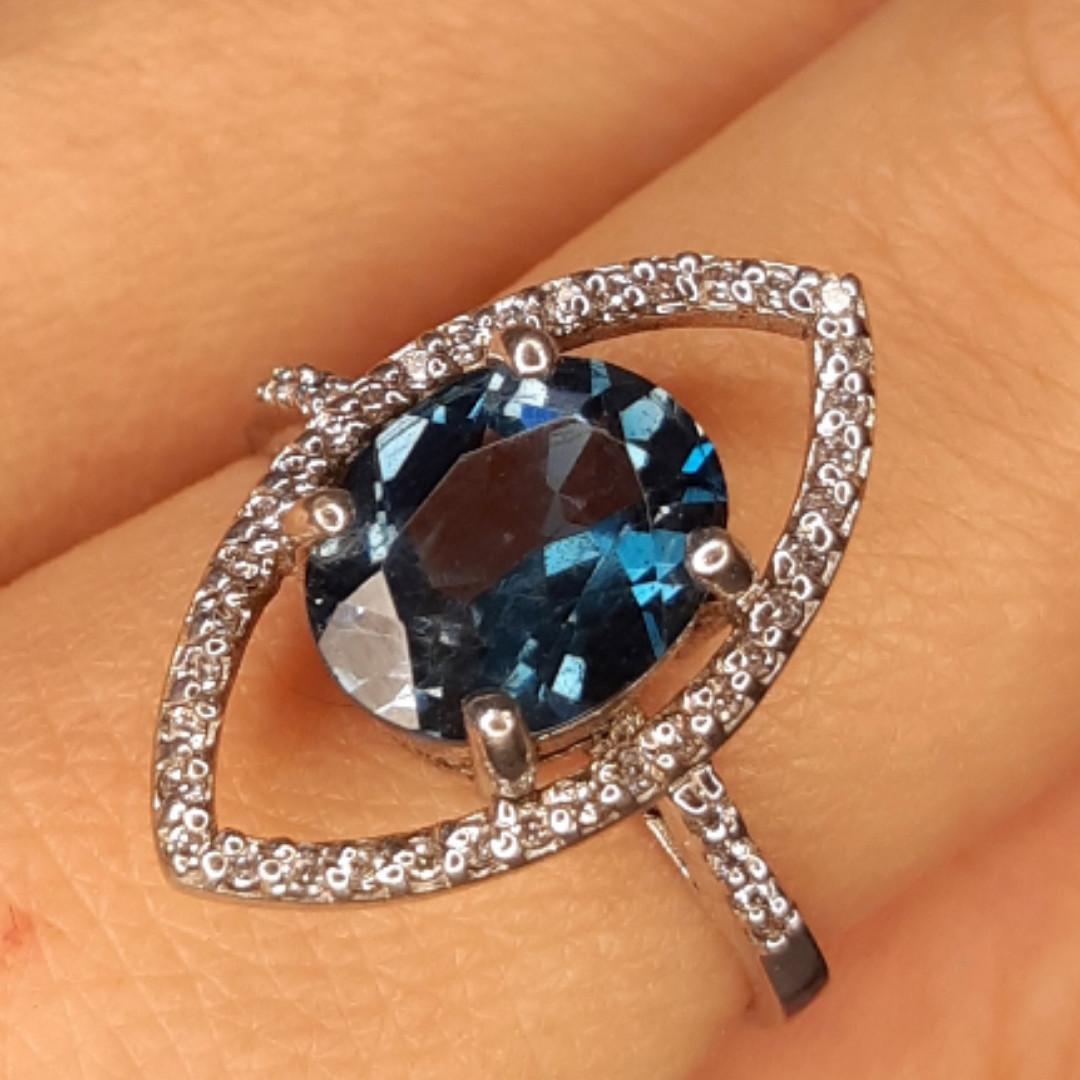 Серебряное родированное кольцо с лондон топазом