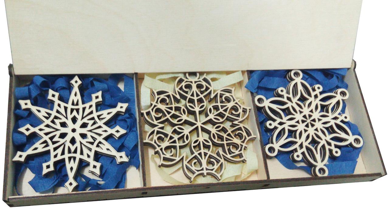 Набор деревянных резных снежинок 9 шт в декоративной коробке.
